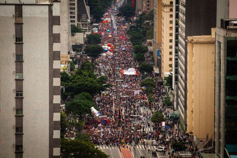 Bolsonaro ataca as liberdades democráticas, acaba com os direitos e entrega o país. Tomar as ruas contra Bolsonaro e Mourão. #ForaBolsonaro/Mourão